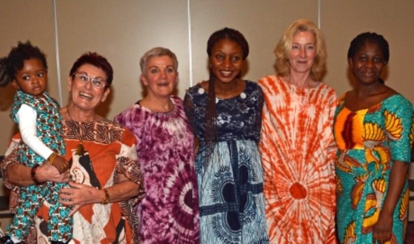 Om een Afrikaanse sfeer te creëren tijdens de dienst gaan de dames Afrikaans gekleed. V.l.n.r. Ria van den Heuvel, Anneke Jongerius en Karin de Goey van de commissie ZWO. (Eigen foto)