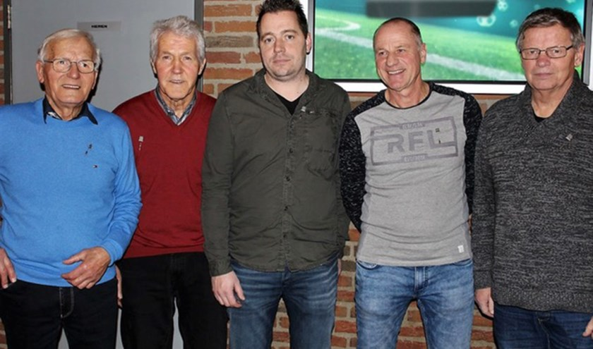 Een aantal van de jubilarissen van VV Alem: Gerwin van der Burg, Martien Toonen, Chris van Hezik, Piet van Boxtel en Cor Steenbekkers.