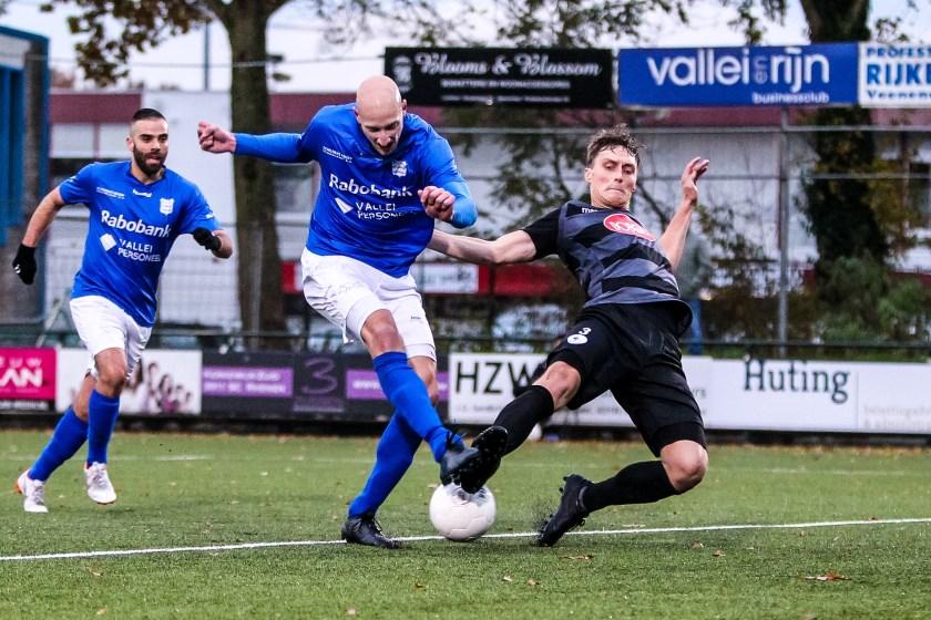 Barry Beijer (rechts) karakteristiek in actie op deze archieffoto, die gemaakt is tijdens de wedstrijd GVVV-Spakenburg.