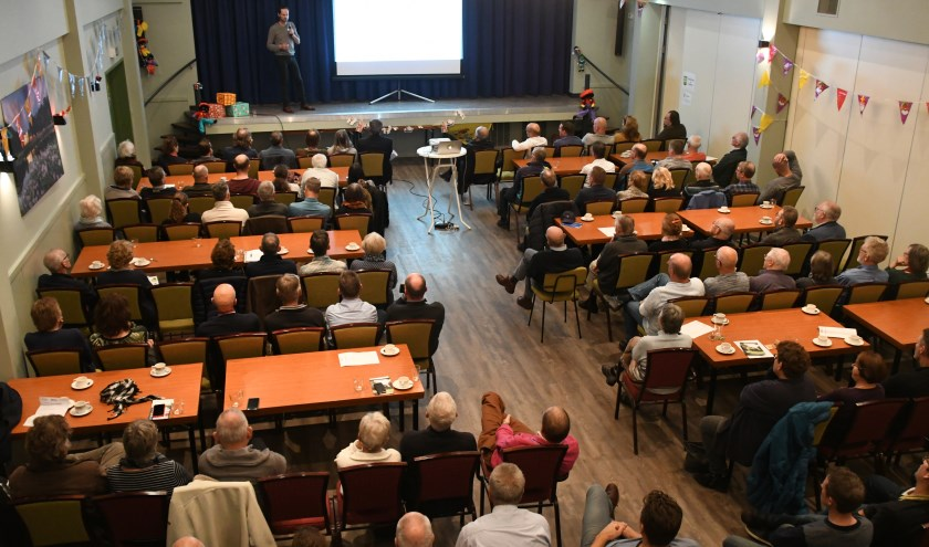 Een volle zaal in Dorpshuis Asperen luistert naar een presentatie over energiebesparende maatregelen tijdens het Energiecafé