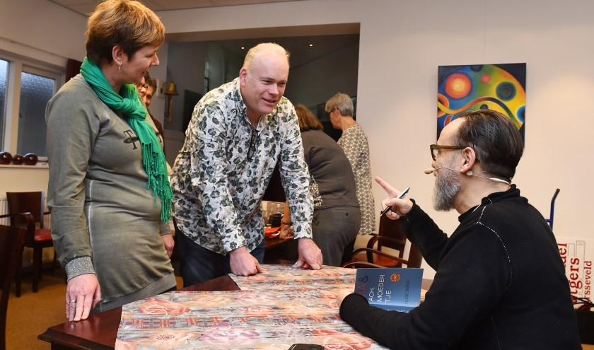 Hugo Borst (rechts) met Jan en Lisette Hendriksen uit Varsseveld in gesprek. Hij hoorde veel overeenkomsten. Jan werkt ook in de zorgsector. (foto: Roel Kleinpenning)