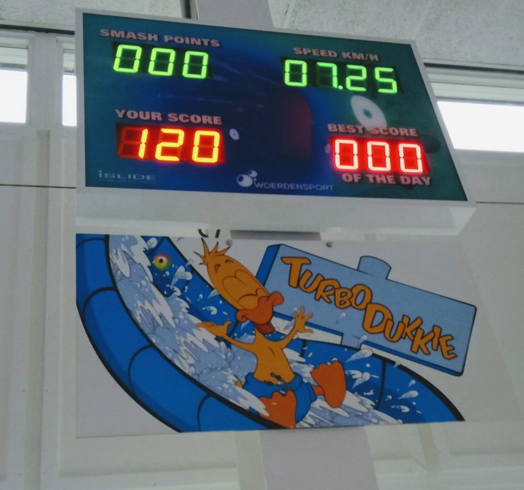 Het nieuwe naambord en het scorebord van de glijbaan Foto: Barber Uijl © DPG Media