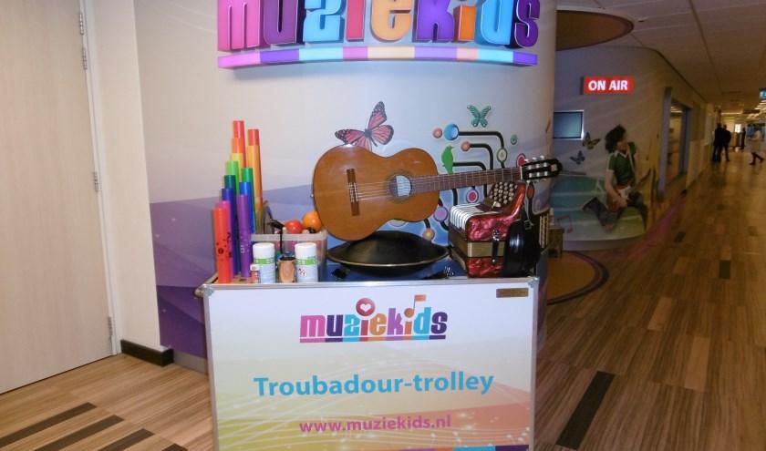 De Troubadour-trolley waarmee de medewerkers van de Muziekids Studio kinderen en andere patiënten bezoeken.