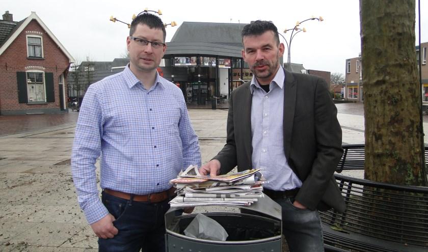 Christiaan Laurens (links) en Herman Klein Velderman maken zich zorgen om de grote hoeveelheid ongeadresseerd reclamedrukwerk.