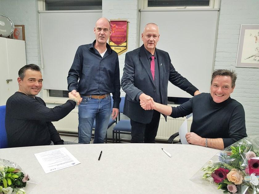 Bij RVW verlengden zowel dames-trainer Jan-Willem Pes (links), alsook Peter van den Borden, die het eerste mannenteam onder zijn hoede heeft hun contract. Vice-voorzitter Richard Veldt (tweede van links) en voorzitter Dick van Deest feliciteerde het duo na het zetten van de handtekeningen.