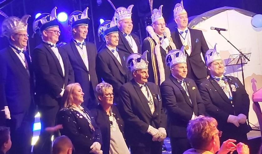 De onthulling van Prins Maerten XVII is een feit. Manuel Nijhof zwaait in 2020 de scepter in Mispelgat. Hij wordt bijgestaan door adjudant Maycel Mastenbroek en de andere leden van de Raad van Elf.