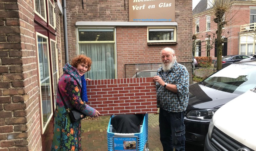 Anneke Nagtegaal, één van de kamermeisjes, met Henk Hoefakker, die veel voor 'het kamertje' doet en nu een 'MAVO-muurtje' heeft gemaakt.