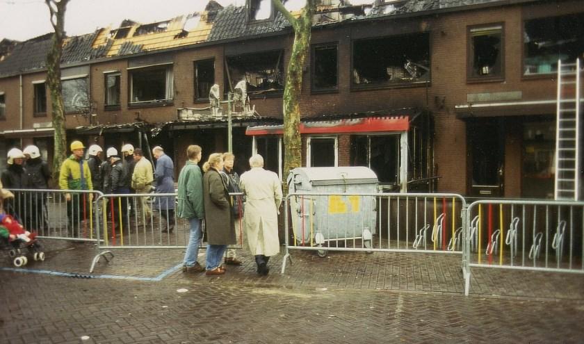 Een smeulende puinhoop bleef over van een rijtje panden naast de Andreaskerk. (foto: archief Ab Hendriks)