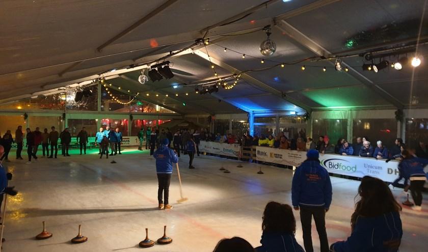 De Bidfood Curling Cup finaleavond trok veel publiek naar de ijsbaan. (Foto: Jan Carel Schepenaar)