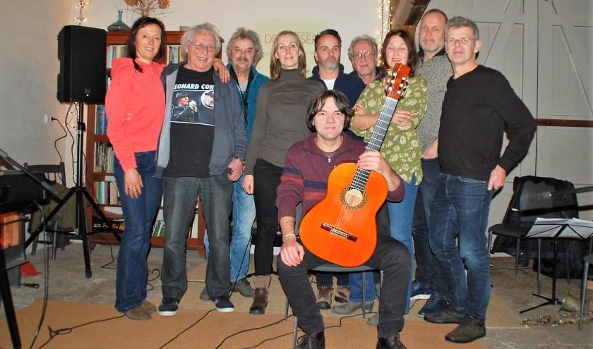 Flamencogitarist Maurice Leenaars versterkt tijdelijk de Leonard Cohen Tributeband. Dat geeft een bijzondere sfeer.