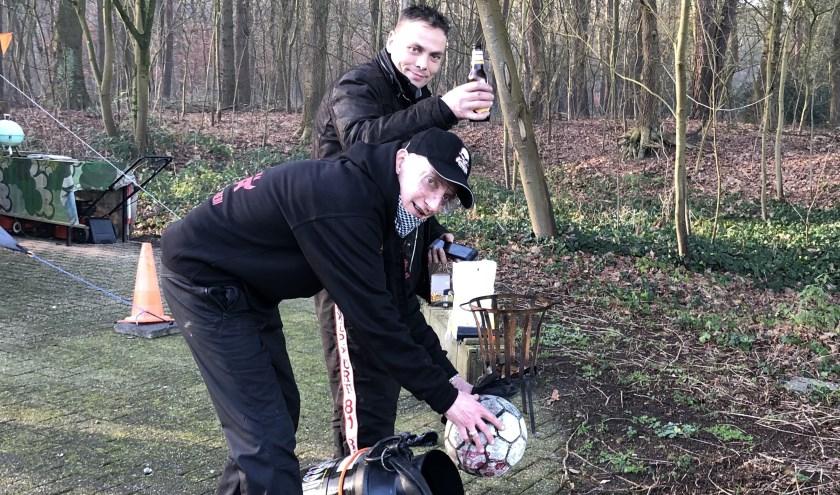 Roelof den Otter (voorgrond) probeert de Thunderdome te laten knallen met assistentie van een zoon van Hamstravuurwerkhandel.