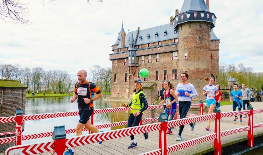 Je loopt langs wateren, over groene lanen, langs poorten en ophaalbruggen met op de achtergrond de torens van het Kasteel.