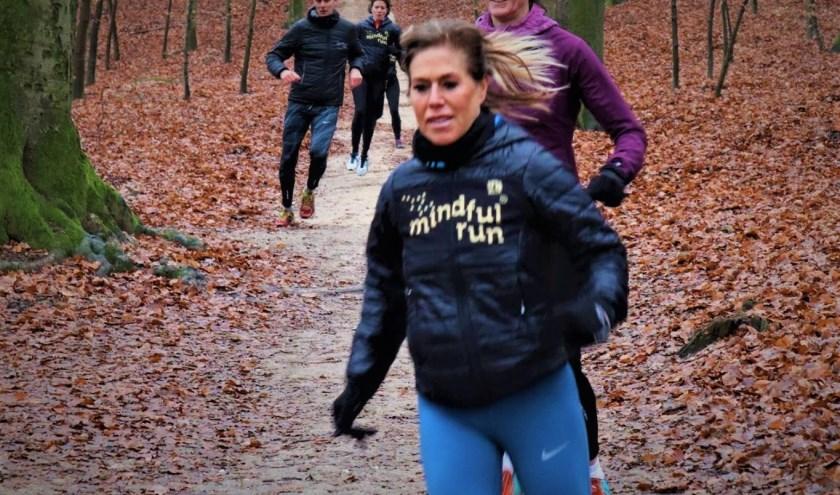 Mindful Run instructeur Dennis Leemeijer (links) in een afdaling tijdens een trailRun