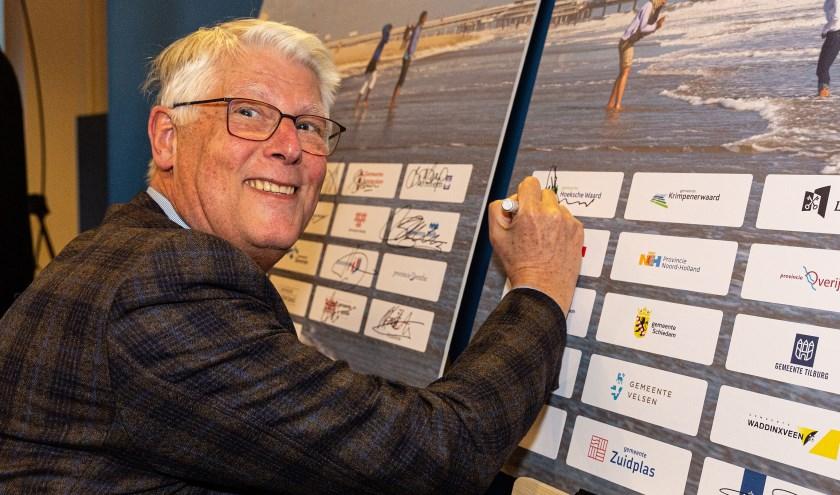 Ook wethouder Piet van Leenen zette z'n handtekening.