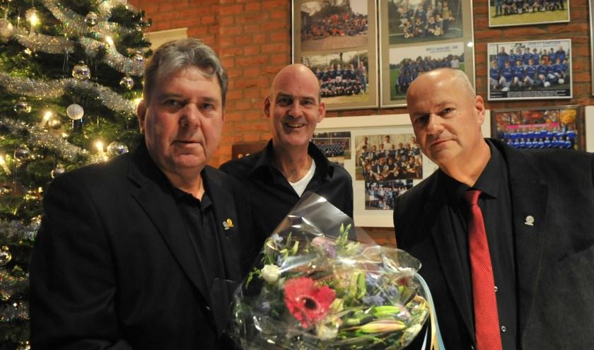 Hennie Rutjes wordt gehuldigd door Richard Velt (vice voorzitter) en voorzitter Dick van Deest (rechts). Foto: gertbudding.nl