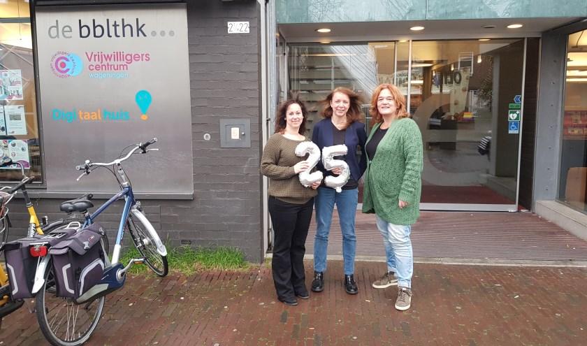 Maria van Os, Mieke Koster en Astrid Zeilstra zijn trots op wat het Vrijwilligers Centrum Wageningen in 25 jaar heeft bereikt. (foto: Kees Stap)