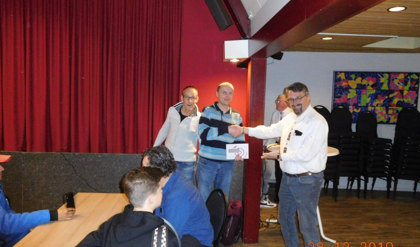 Winnaar Christian Richter (met namens de organisatie Jan Brinkman (links) en Dirk-Jan van de Poppe).