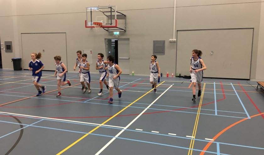 De warming-up van de U12-1 voor de wedstrijd tegen de Arnhem Eagles. De U12-1 maakte haar status als koploper waar en wonnen de wedstrijd. (foto: Basketiers'71)