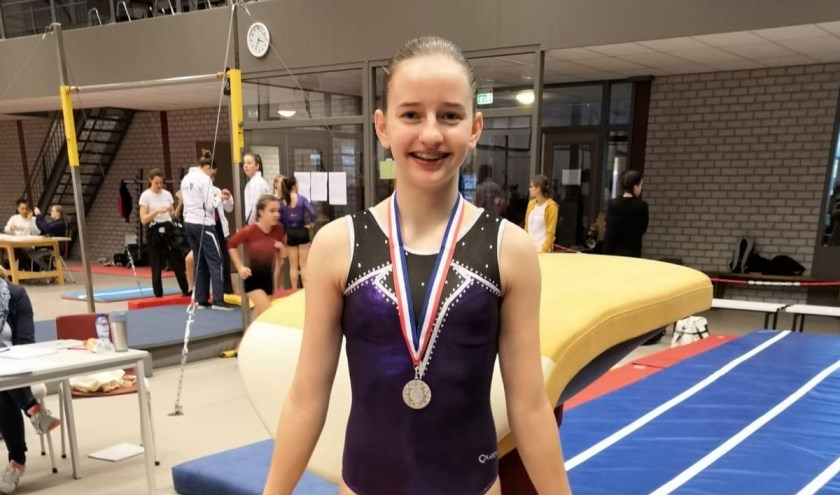 Evy showt haar medaille.