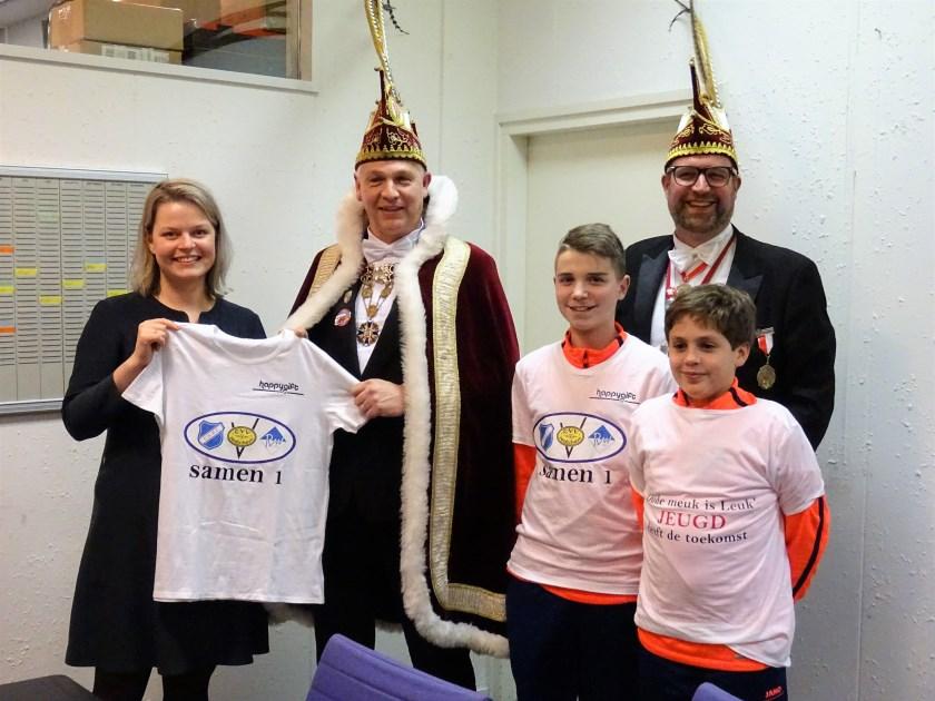 In het Huis van Renkum' nam wethouder Marinka Mulder, uit handen van Prins Pascal d'n Eerste het 'fusie-shirt' in ontvangst.