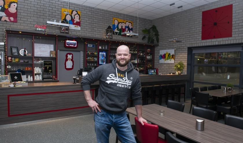 Ronny Heersink, beheerder van de PWA-hal in zijn domein: Ron's Sportcafé. Foto Dennis Dekker