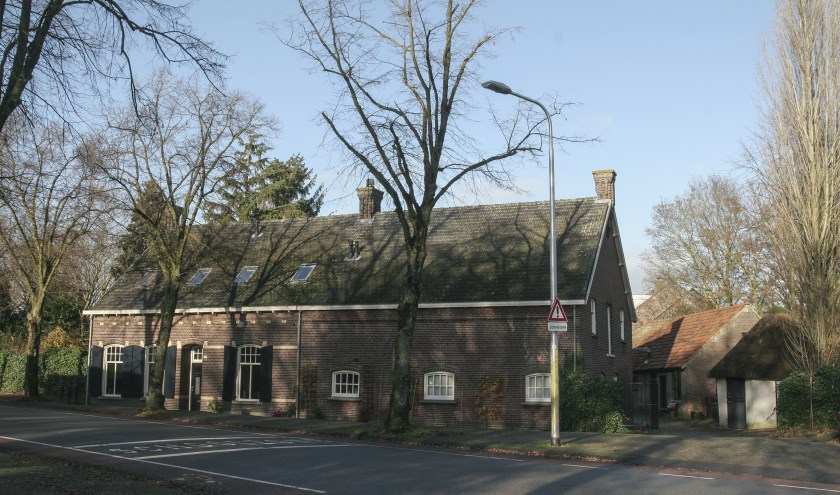 De door een koe aangedreven gepleisterde karnmolen voor boterproductie (rechts) is uniek en behoorde nog bij een vroegere boerderij uit de tweede helft van de 19e eeuw. www.heemkundekringtilburg.nl