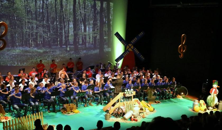 Jeugdleden van de 4 muziekkorpsen uit Veldhoven spelen samen de Jeugdproms. FOTO: Picasa.