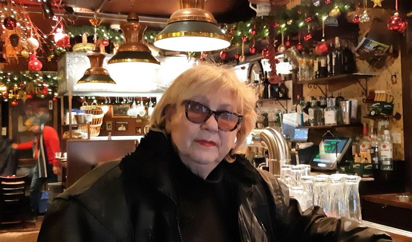 Helen Mekkes bij Cafe Melief Bender aan de Oude Binnenweg. (Foto: Annemarie van der Ploeg)