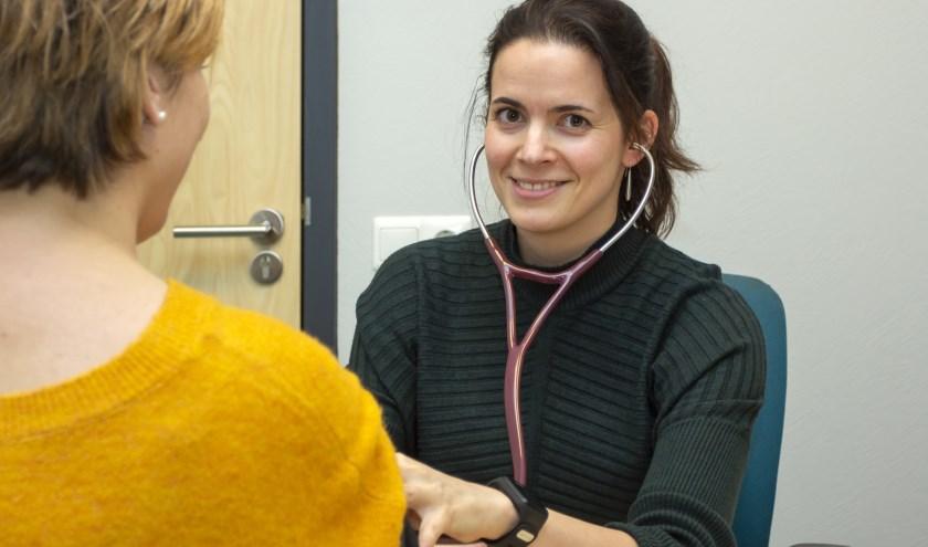 Huisarts Larissa Setz vormt met dokter Van der Knaap een duopraktijk in het gezondheidscentrum aan de Zonegge. (foto: Bas Bakema)