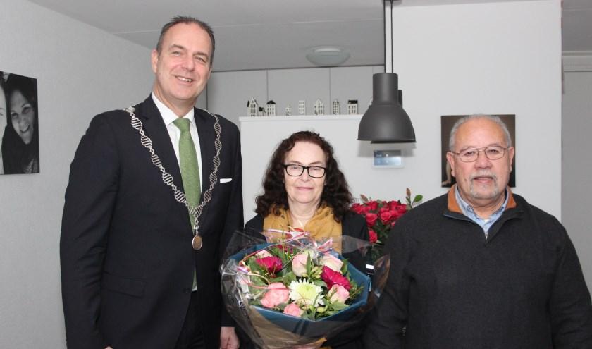 Burgemeester Jaap Paans verraste het bruidspaar met een fraai boeket. (Foto: Ria Scholten)