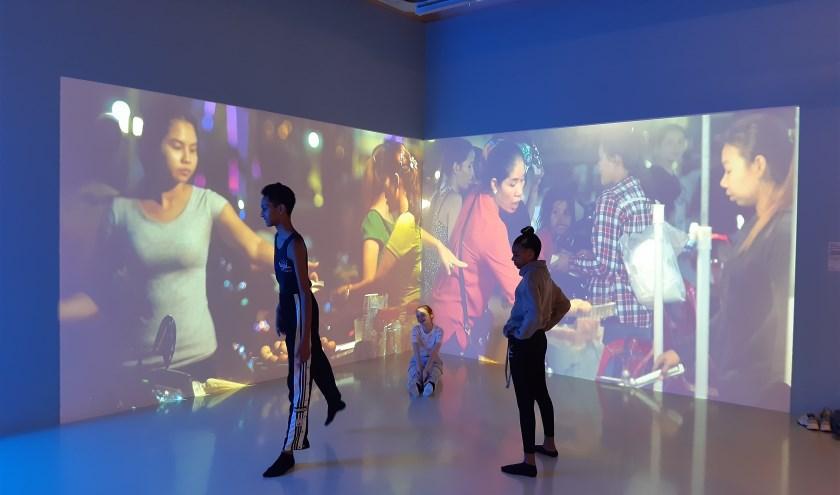 Leerlingen van de Dansmavo treden op in het Stedelijk Museum Schiedam.