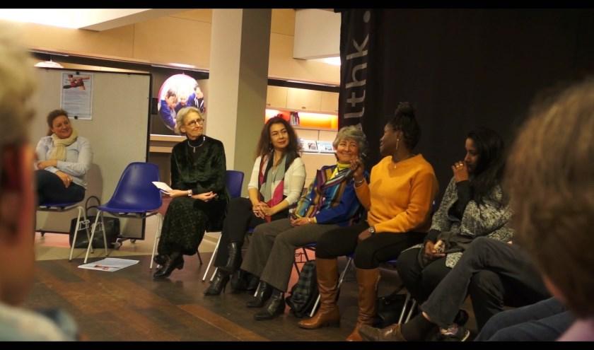 Van links naar rechts gespreksleider Jelleke de Nooy en de gasten Lara de Brito, Marisabel Pardo en Benedicta Akpaca.