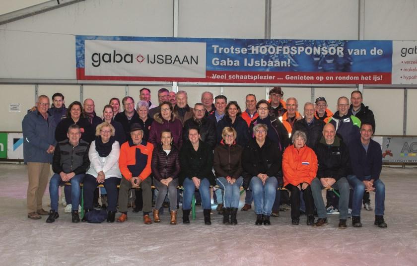De vrijwilligers van de Gaba-ijsbaan die zondag acte de presence gaven bij het vrijwilligersontbijt. Zittend, tweede van rechts, voorzitter Rob Vissers van de Stichting Winterevenementen Duiven.