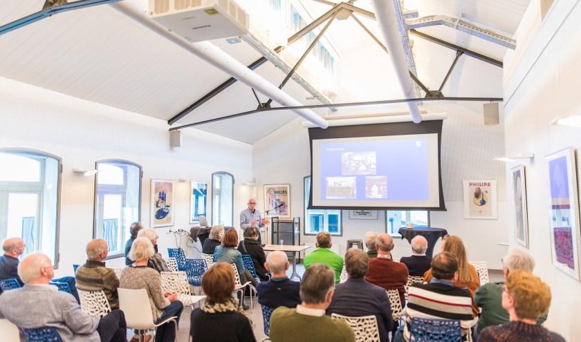 De docent is een Philips-kenner en heeft jarenlang ervaring op gedaan binnen het bedrijf. De colleges zijn ontwikkeld om te begrijpen waar technologie vandaan komt. (Foto: Christ Clijsen).