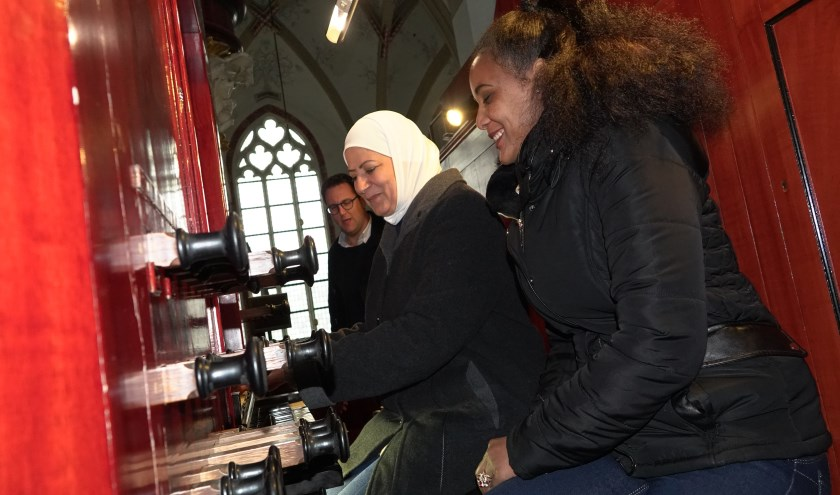De rondleiding door de Sint-Maartenskerk eindigt bij het orgel. Daar nemen enkele vrouwen plaats om tot groot plezier alle registers open te trekken.