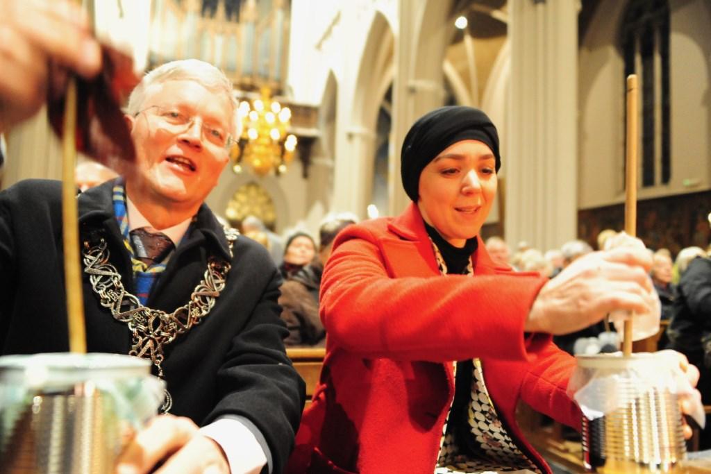 Burgemeester Theo Weterings en wethouder Esmah Lahlah laten in de Heuvelse kerk de rommelpotten klinken. foto: Marcelle Mientjens Leone  © DPG Media