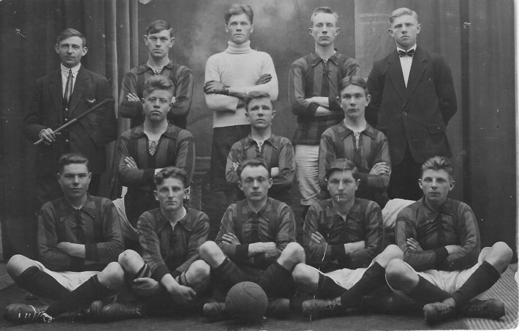 De oudste foto van het eerste elftal van De Zweef (1925).  © DPG Media