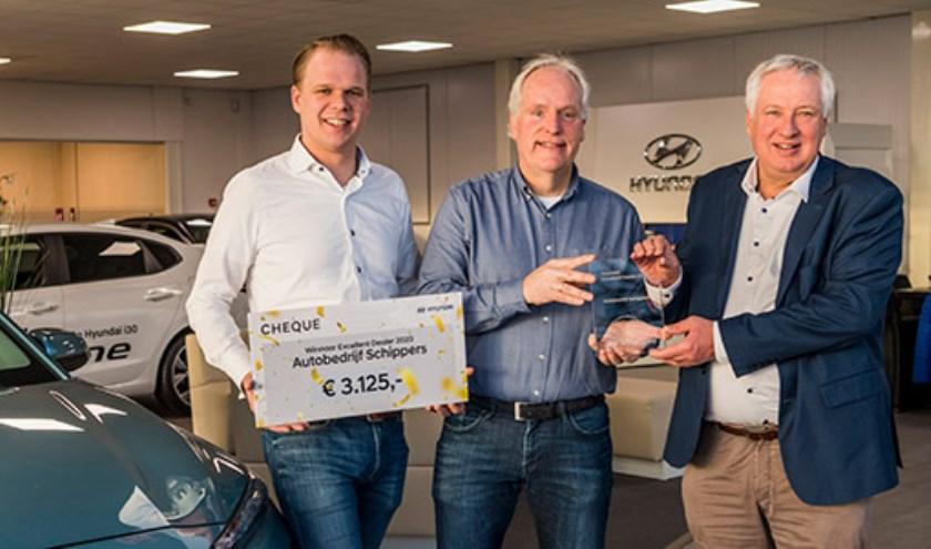 Autobedrijf Schippers is Hyundai Excellent Dealer 2020. Directeur Nico Schippers (midden) kreeg uit handen van Theo Eitjes, Director After Sales van Hyundai Motor Nederland (rechts), de bijbehorende onderscheiding uitgereikt.