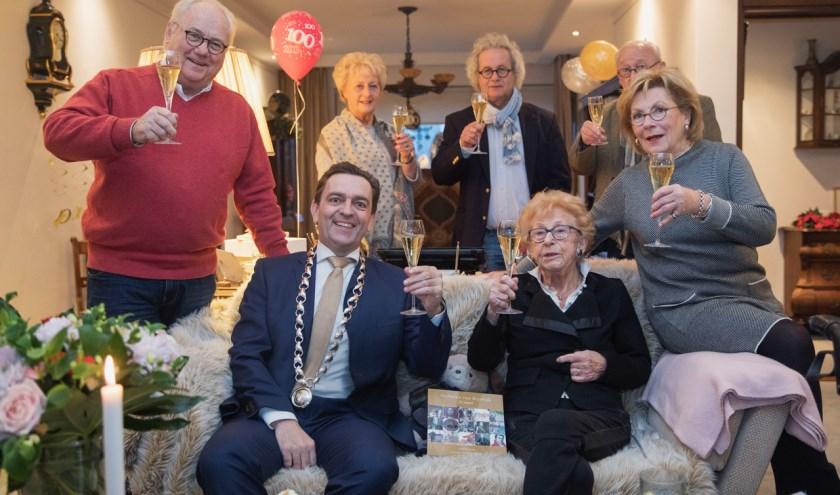 Burgemeester Bezuijen bezocht mevrouw Buijs-Gijswijt op 'wijntijd' en proostte gezellig een glaasje mee. Foto: Frank Jansen