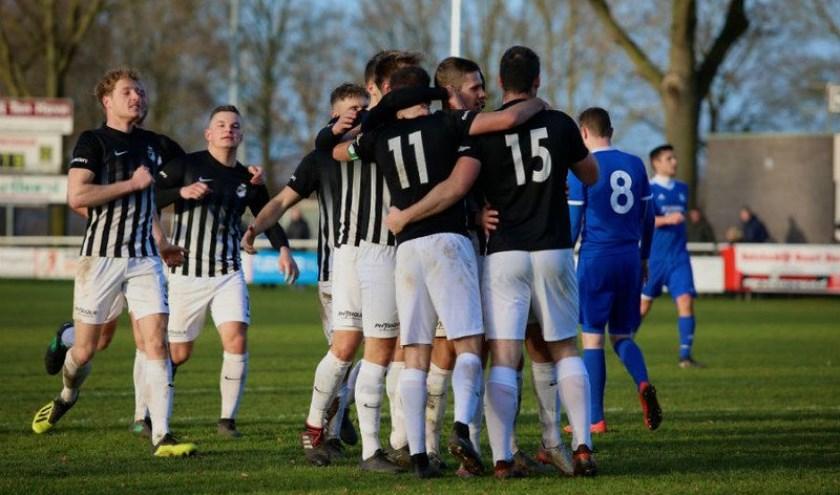 Silvolde viert het tweede doelpunt, gescoord door Evert Römer (15).