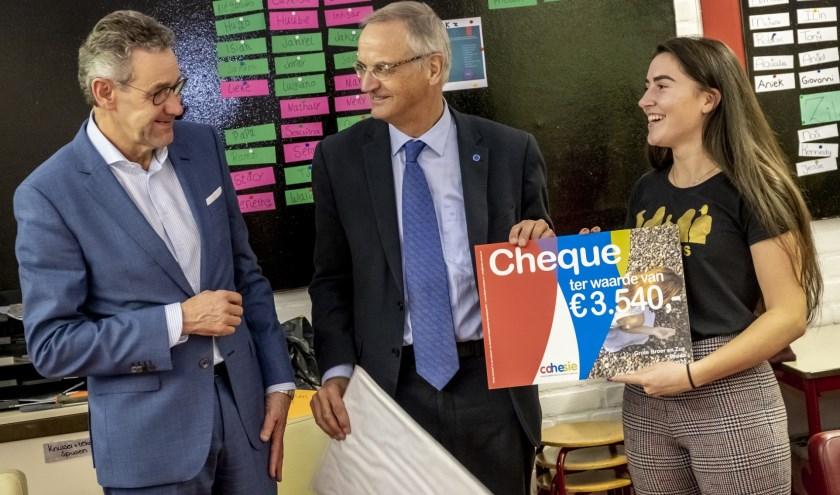 Bart Hendriks (Hendriks Coppelmans) en Lambert van Nistelrooij (comité van aanbeveling Fonds Cohesie) overhandigen de cheque aan Marieke van Leeuwen (Grote Zus).