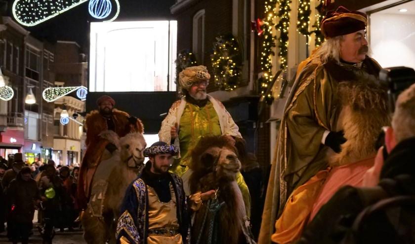 Op 5 januari trekken de Drie Koningen op hun kamelen door de Heuvelstraat. Foto: Christel Doevendans.