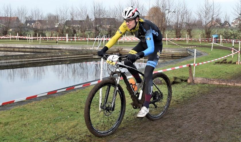 Van Tuyl, student aan Fontys, Tilburg in actie tijdens een wedstrijd in Hoornaar.