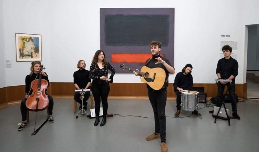 Wouter van Weert treedt op bij schilderij van Mark Rothko.
