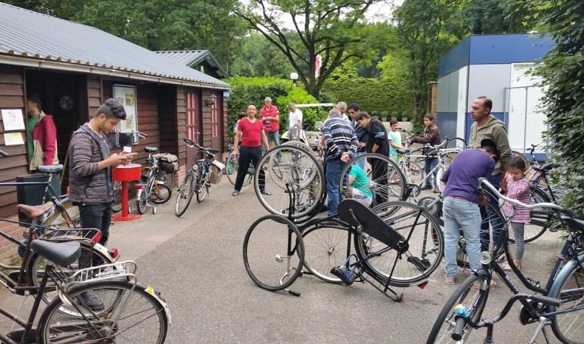 Onder meer samen sleutelen aan oude fietsen bracht Beerzenaren en vluchtelingen dichter tot elkaar op azc Westelbeers.