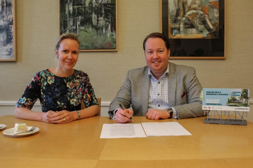Formeel moment; ondertekening door Jeroen Diepemaat, wethouder Gemeente Enschede en Mireille Jeurnink, Directeur Projectontwikkeling VanWonen. Foto: PR © DPG Media