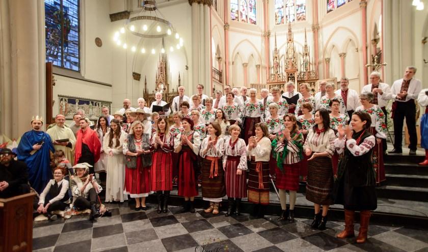Artiesten vermaken bezoekers met traditionele kerstliedjes en leuke optredens in traditionele Oekraïense kostuums.