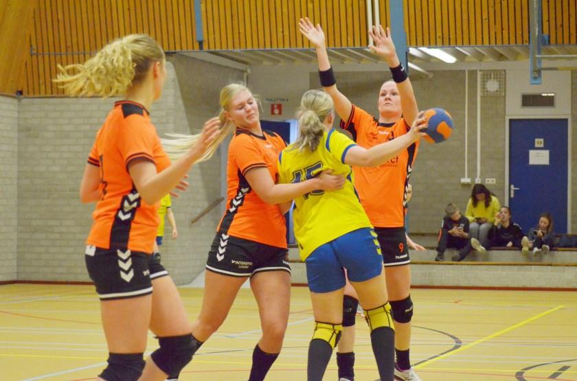 Drie speelsters van Duiven proberen een aanvalster van Ha-Stu af te stoppen (vlnr): Manon Nagelmaeker, Merel van der Wielen en Anouk Steerneman.
