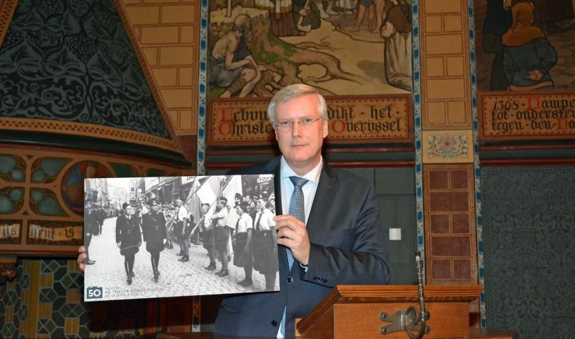 Commissaris van de Koning Andries Heidema met een van de foto's die te zien is.
