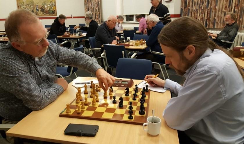 Teunis Bunt aan zet tegen Hotze Tette Hofstra (rechts). (foto: Rinus van der Molen)